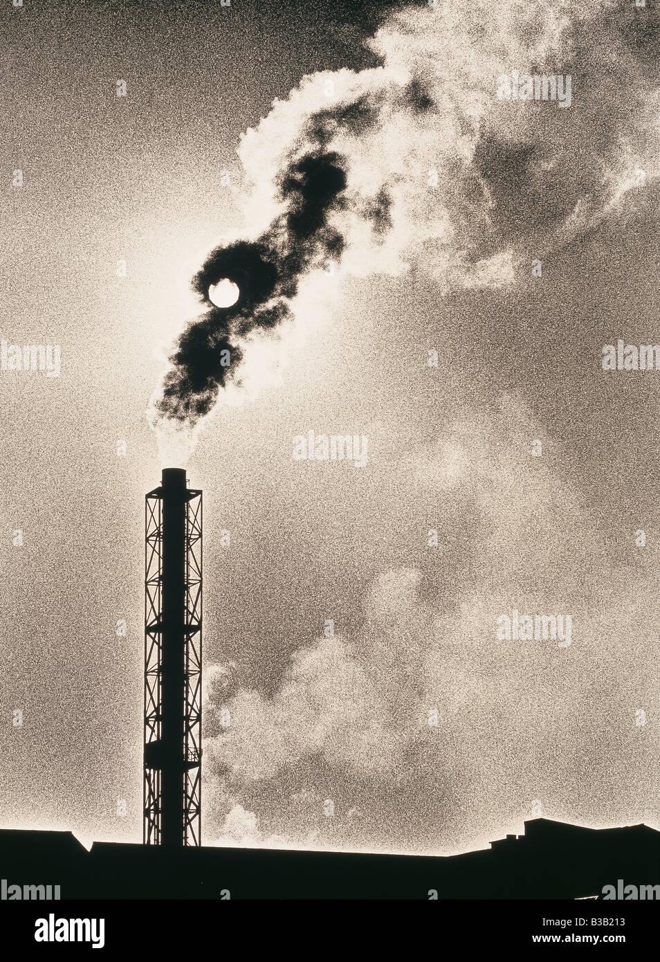 globale Erwärmung; ein Belchiing Schornstein verdunkelt die Sonne Avonmouth, Bristol, England, UK Stockbild