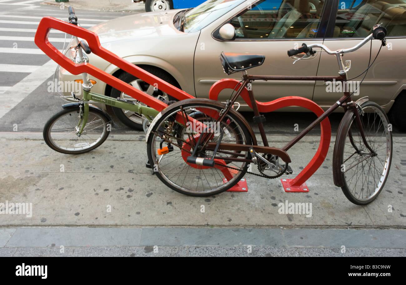 Einer der neun Fahrradständer, entworfen von David Byrne mit dem Titel The Hipster an der Bedford Avenue in Stockbild