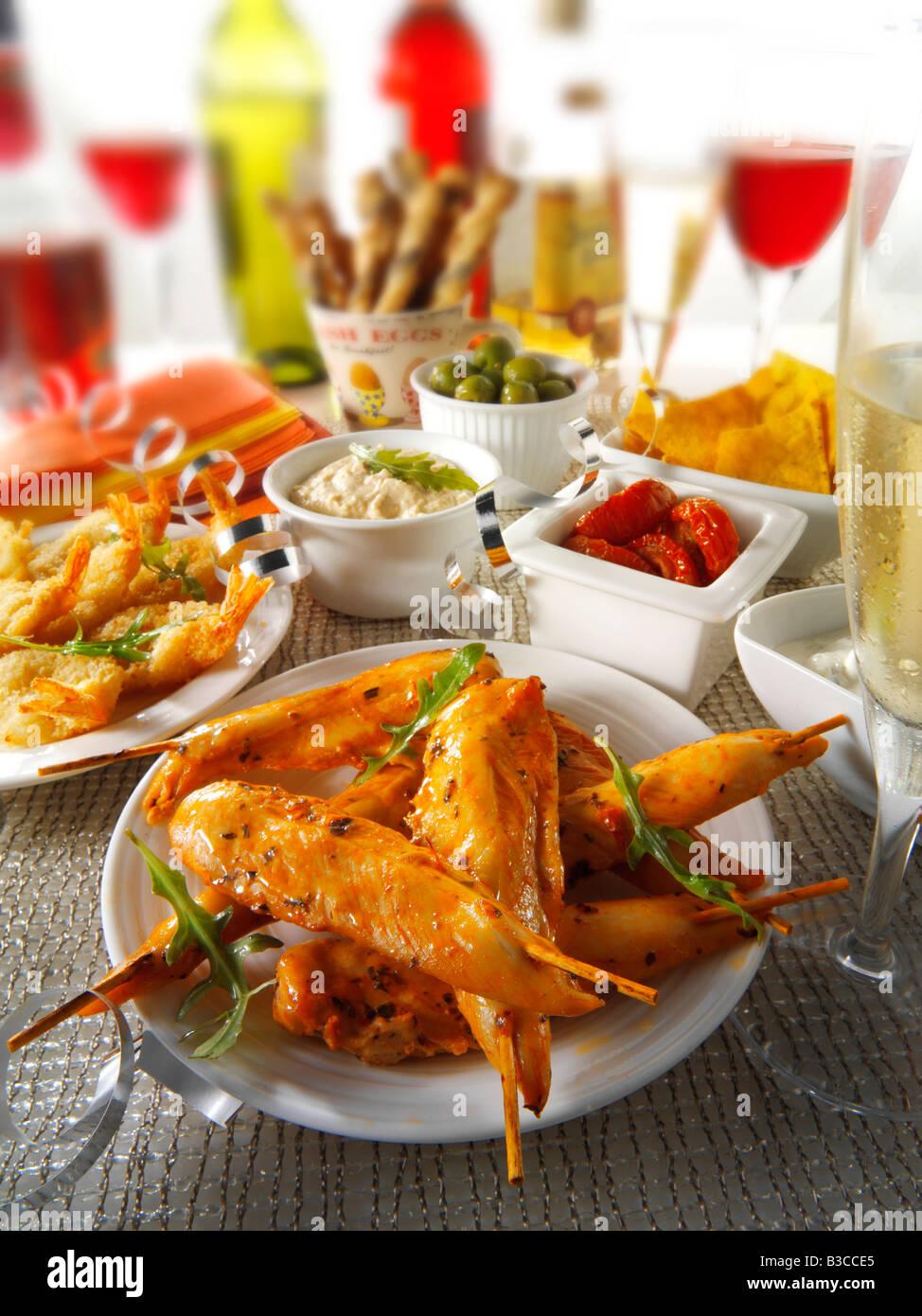 Party-Essen-Einstellung mit marinierten Hähnchen-Spieße, Sonne getrockneten Tomaten-dip Stockbild