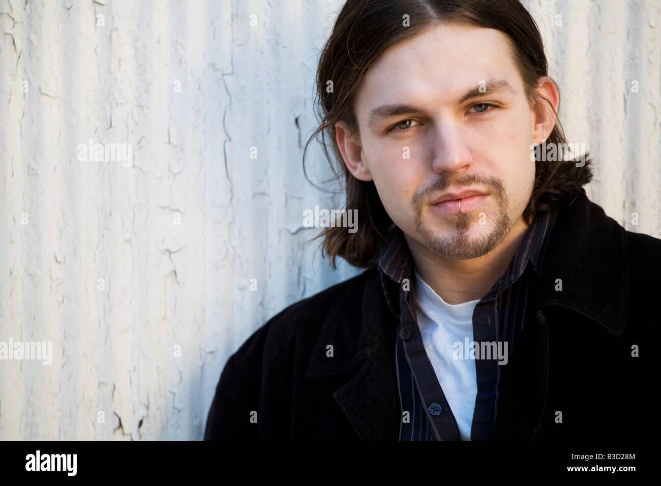 Junger Mann mit Lippe piercing, Porträt Stockfoto