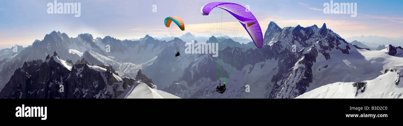 Gleitschirmflieger über Alguille du Midi mit dem Mont-Blanc-Massiv hinter Chamonix Mont Blanc, Frankreich Stockbild