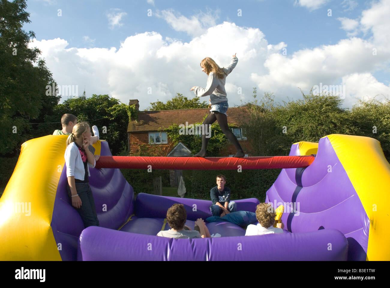 Jugendliche auf aufblasbare Hüpfburg outdoor Party Spielen Stockbild