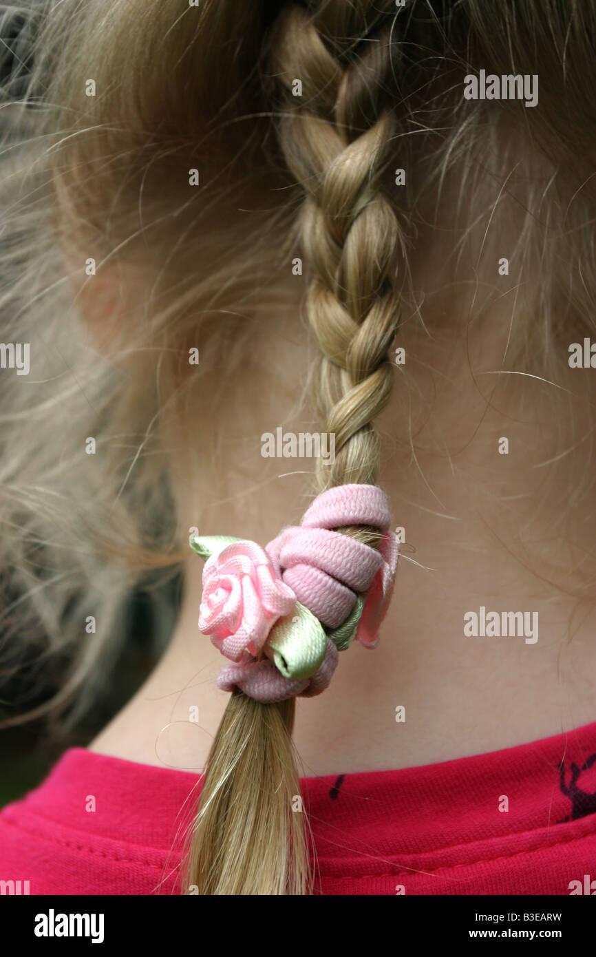 Kind Mit Haar Zu Einem Zopf Flechten Stockfoto Bild 19370173 Alamy