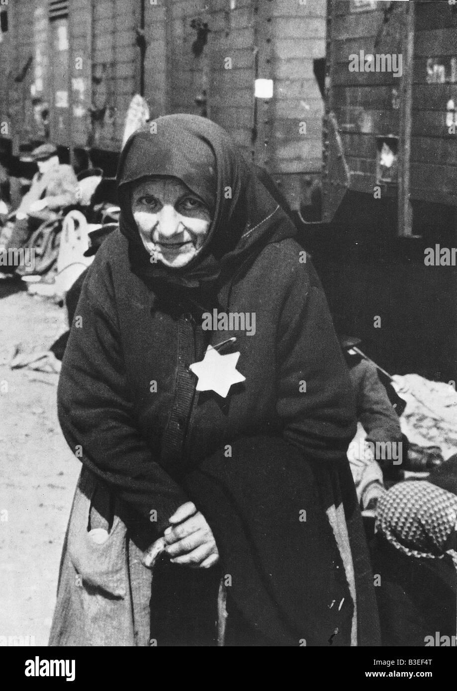 Alte Frau mit Davidstern Abzeichen / 40er Jahre Stockbild
