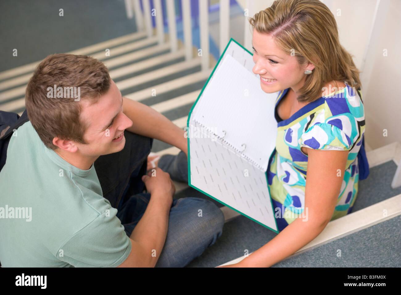 Zwei Studenten sitzen auf der Treppe mit Notebooks (Tiefenschärfe) Stockbild