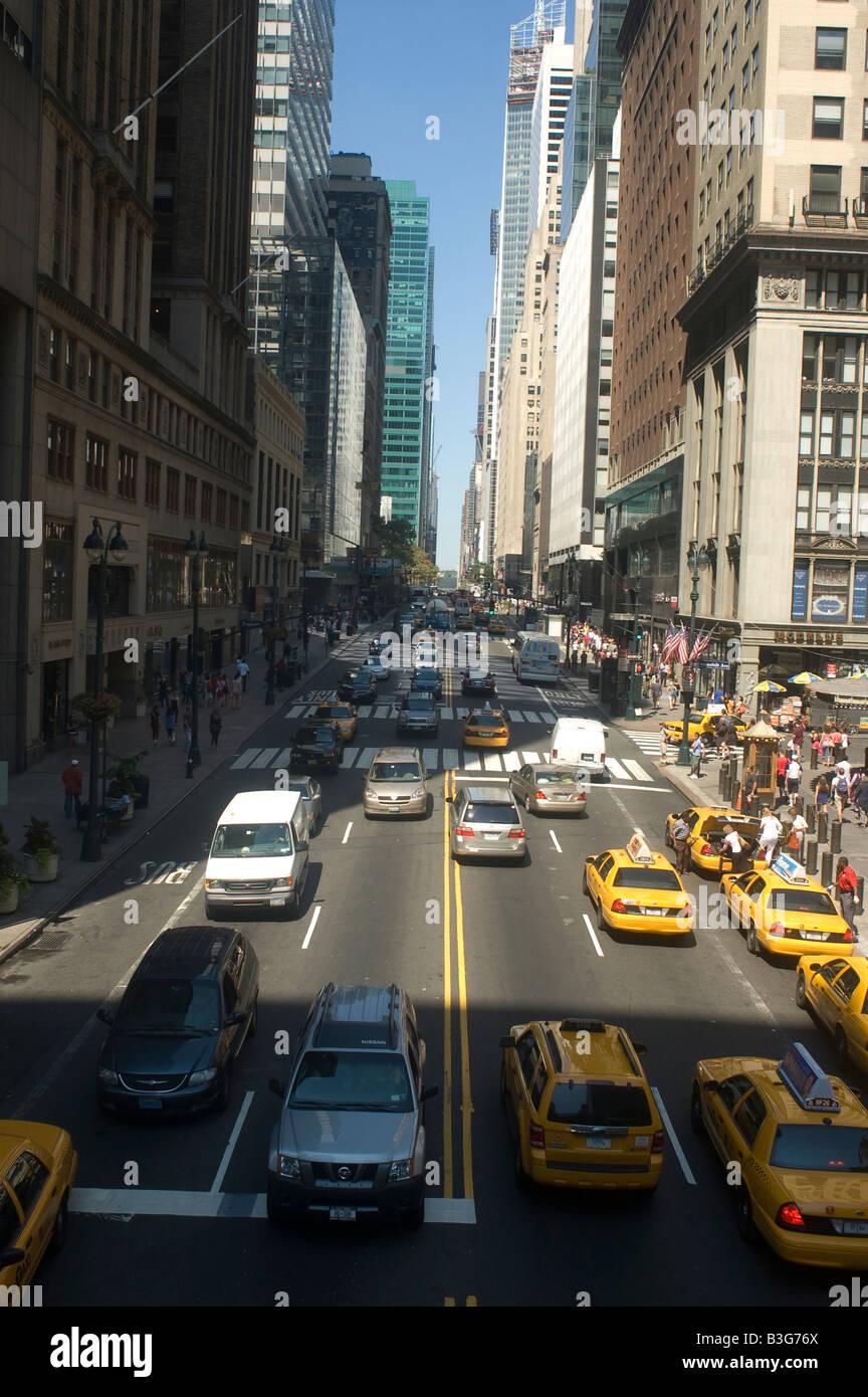 Der Verkehr fließt auf der East 42 street Stockbild