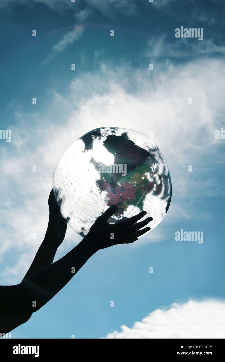 Mädchen-Hände halten einen Globus Stockbild