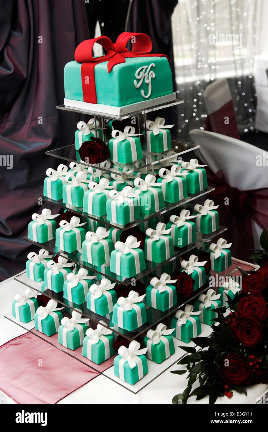 Eine Ungewohnliche Hochzeitstorte Mehrere Miniatur Kuchen Gemacht