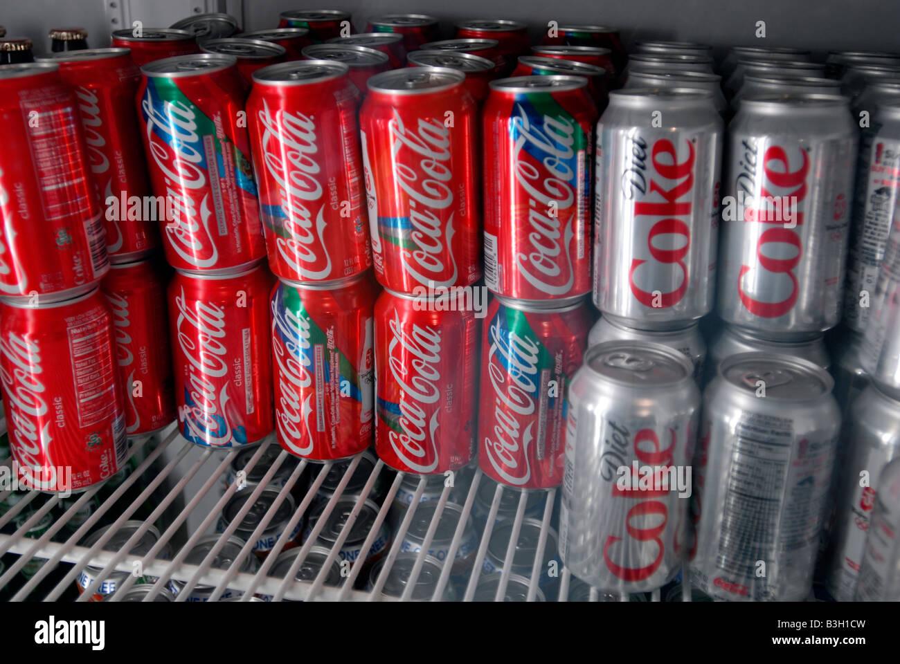 Kühlschrank Coca Cola : Dosen von coca cola im kühlschrank in einem restaurant in new york