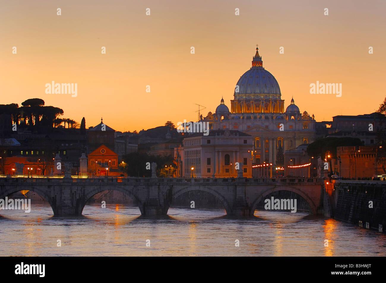 Die Basilika des Heiligen Petrus bei Sonnenuntergang, Rom, Italien Stockbild