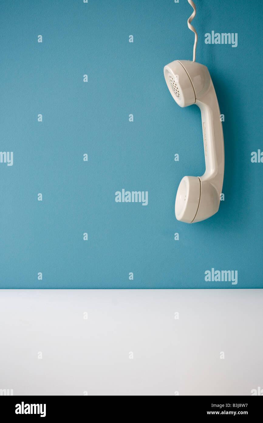 Telefonhörer hängt vom Haken Stockbild