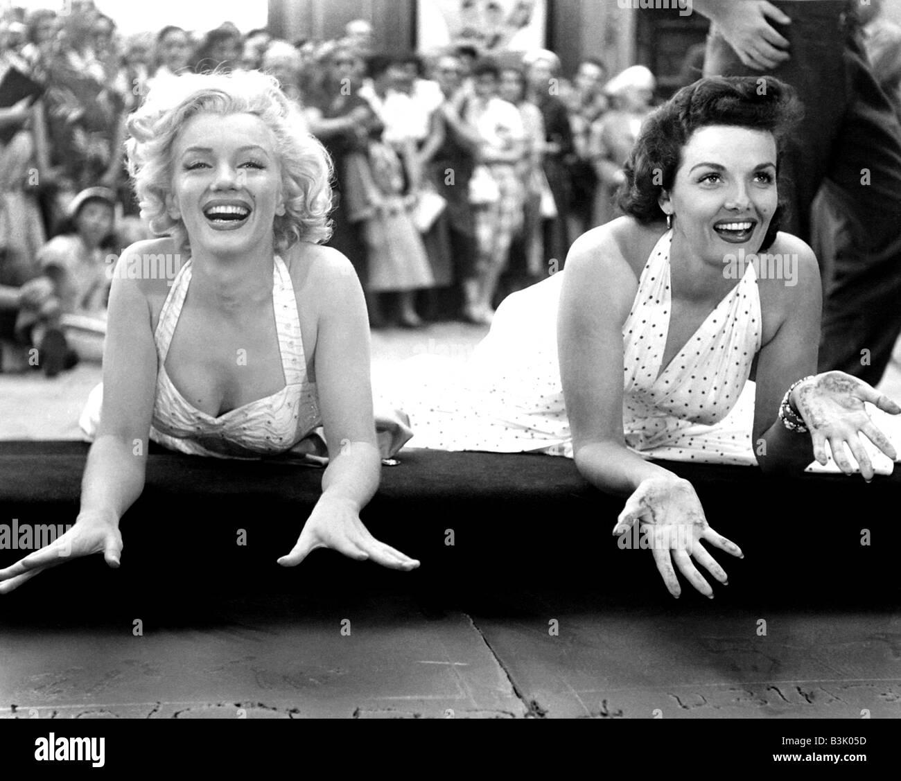 Jane Russell und MARILYN MONROE auf der linken Seite verlassen ihre Handabdrücke in Graumann es Chinese Theatre Stockbild