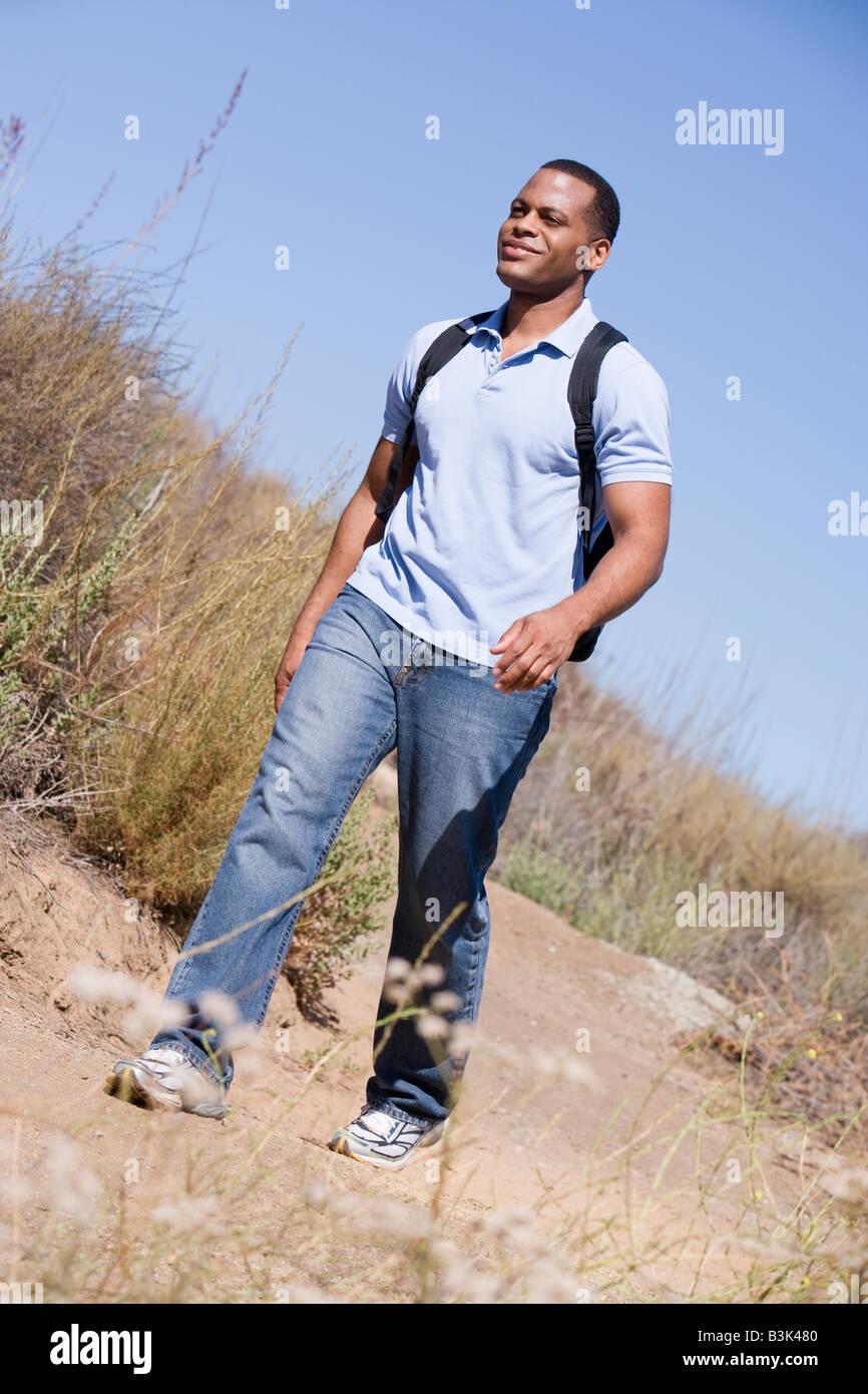 Mann ein Wanderweg auf dem Lande. Stockbild