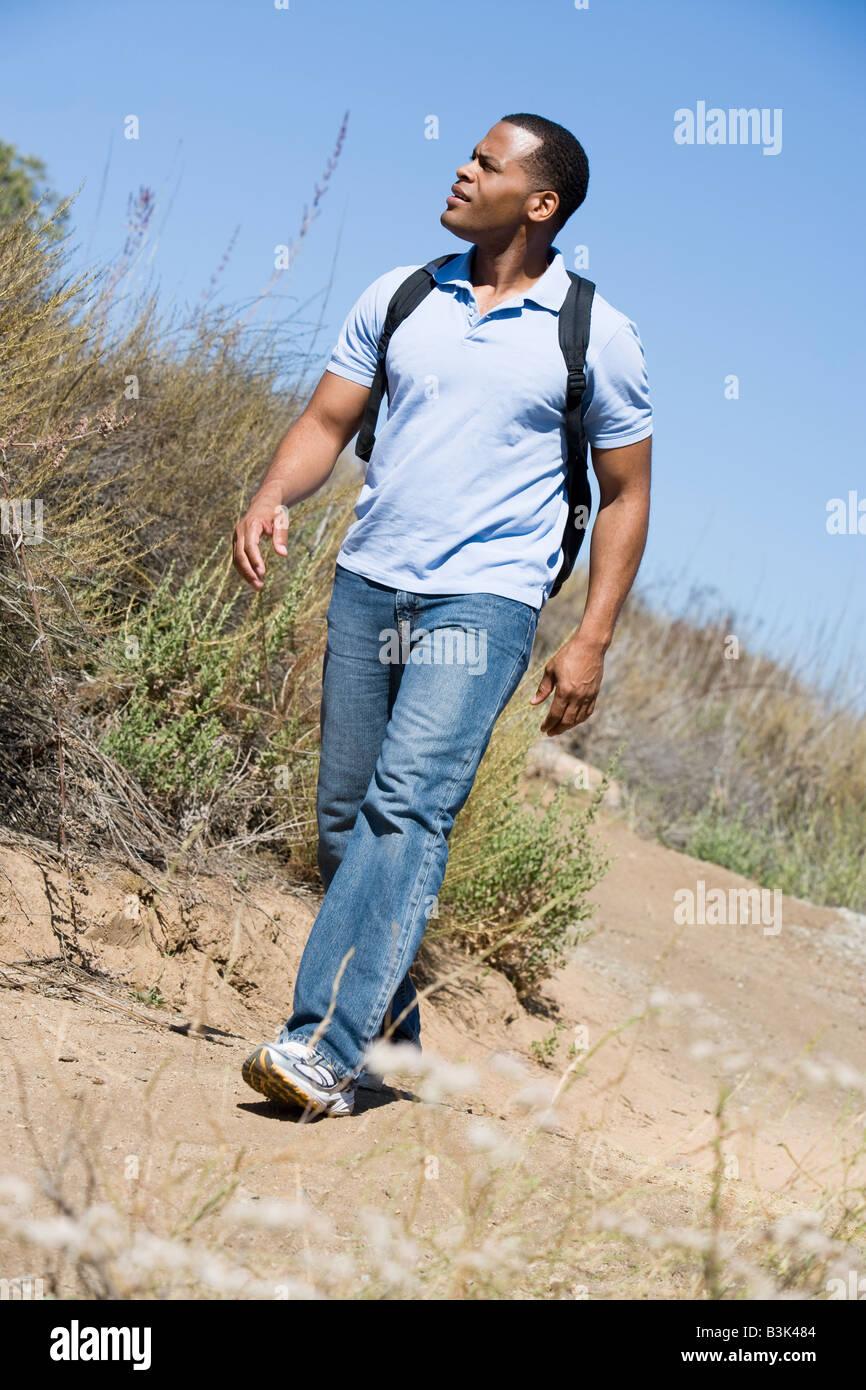 Mann zu Fuß auf den Weg zum Strand Stockbild