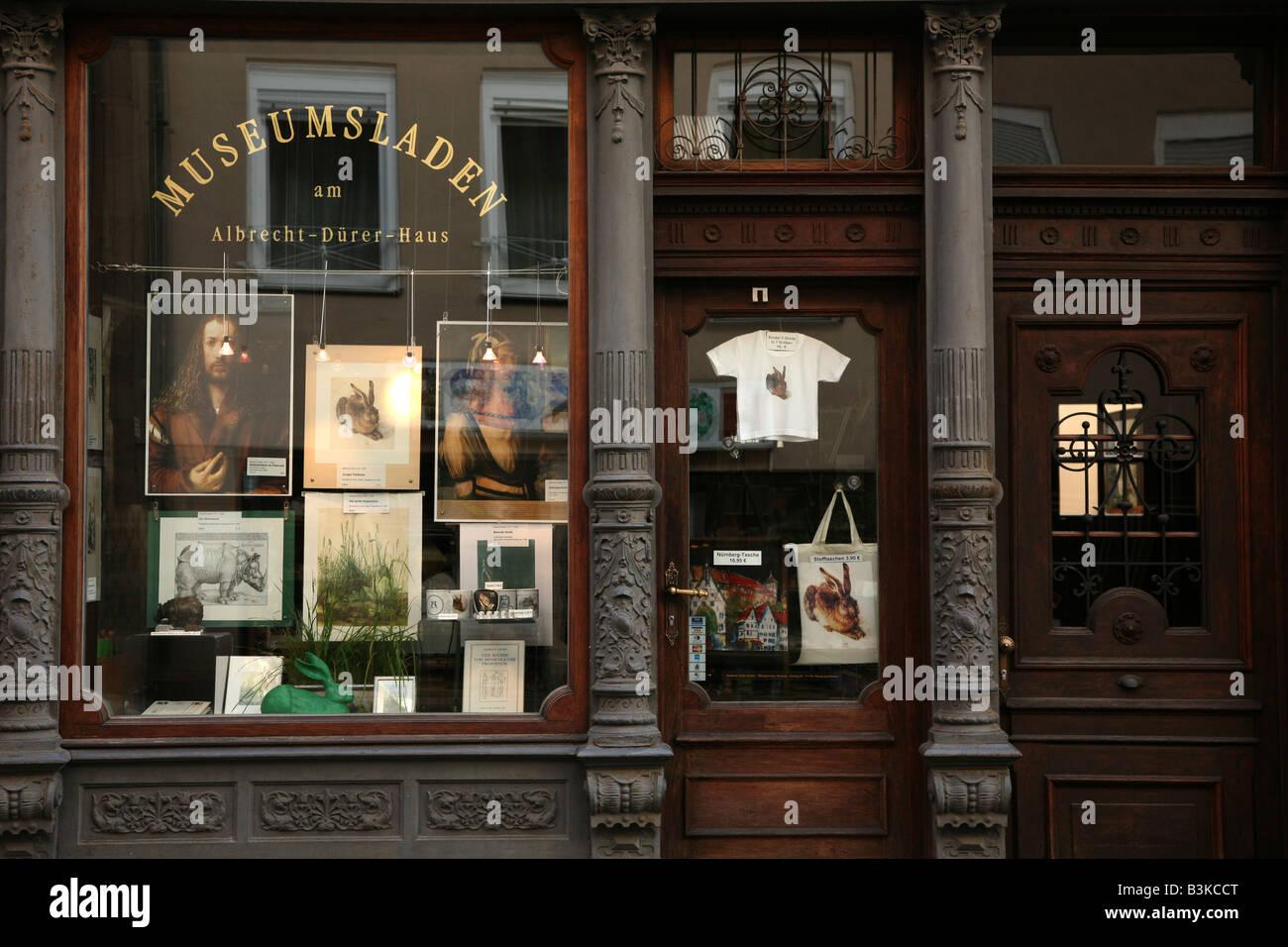 Souvenir-Shop vor dem Haus des berühmten deutschen Malers Albrecht Dürer in Nürnberg. Deutschland Stockbild