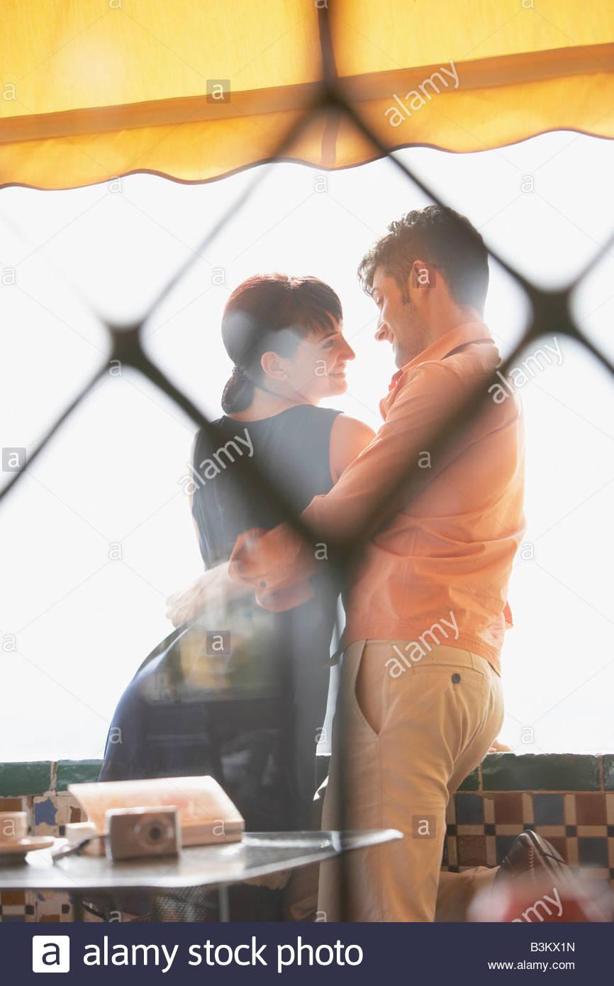 Paar im Café umarmt Stockbild