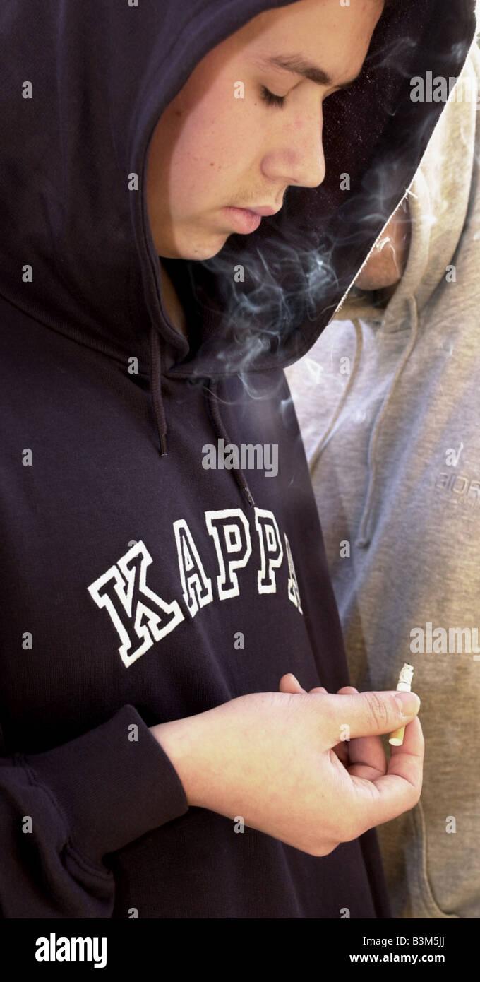 Hoodies Hoodys Jugendliche Kinder Banden Modell veröffentlicht Zigarettenrauchen Stockbild