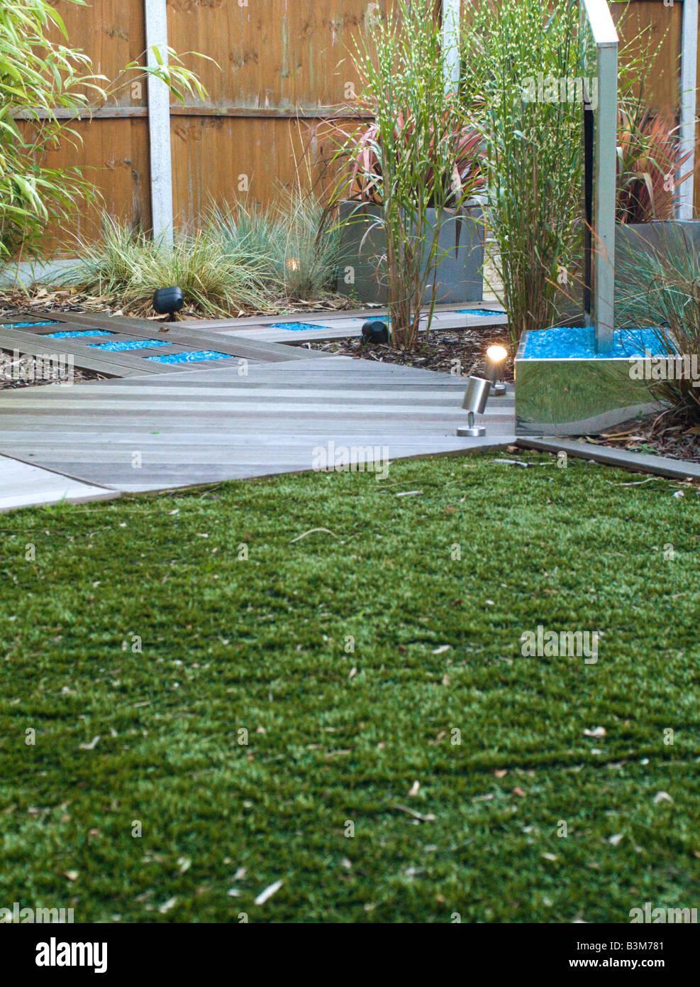Moderner Garten Mit Wasserspiel Und Kunstrasen Rasen Und Terrasse