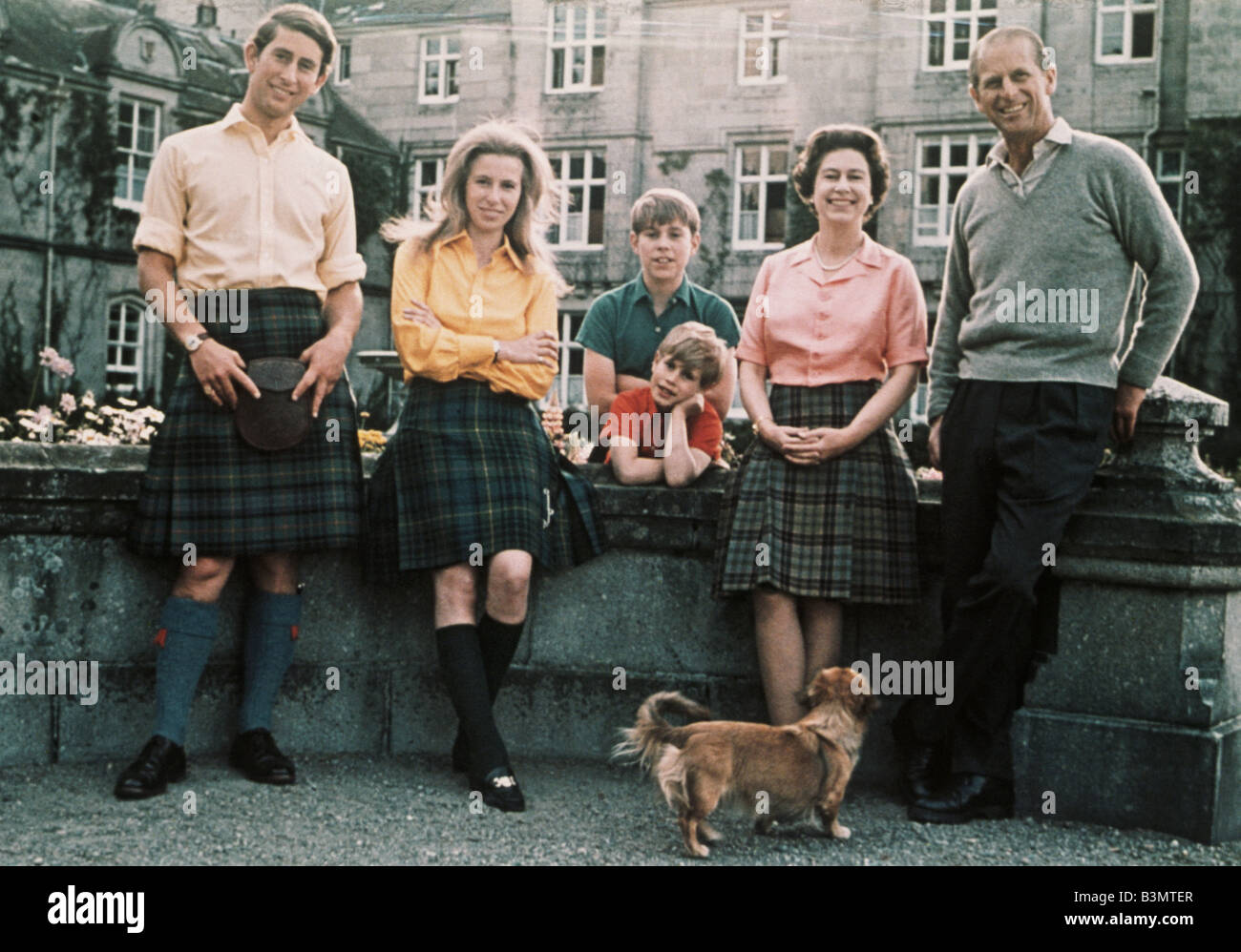 Königin ELIZABETH II im Balmoral mit Prinz Charles, Prinzessin Anne, Prinz Edward, Prinz Andrew und Prinz Phillip Stockbild