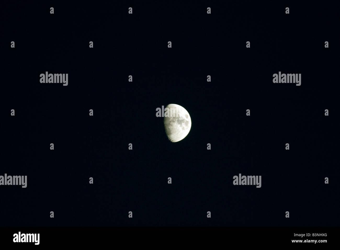 Half Moon von der Erde aus gesehen Stockbild