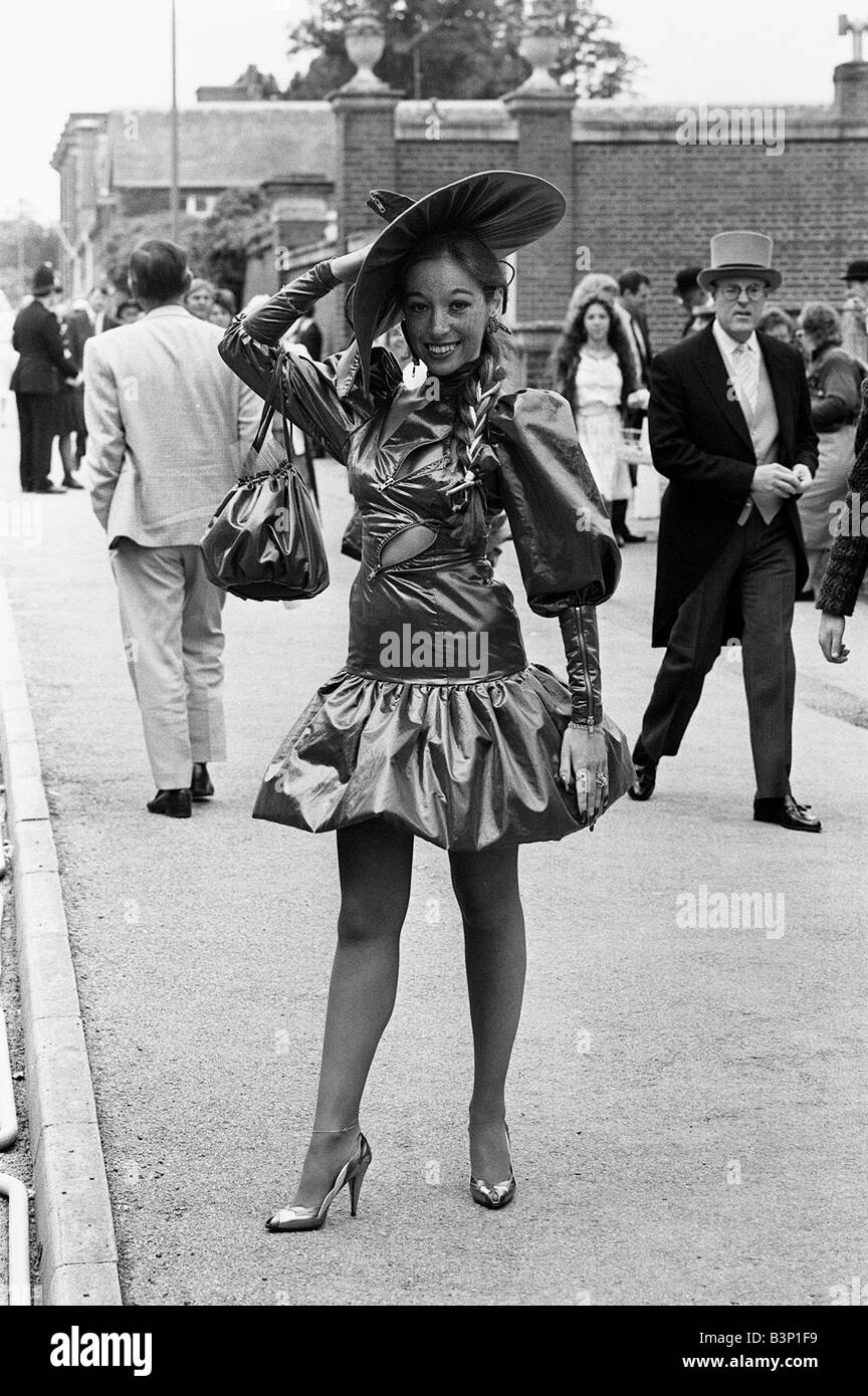 b852af5d93f7 Mode in Royal Ascot Juni 1987 Damen Frau von heute zeigt ihren  einzigartigen Stil von Kleid