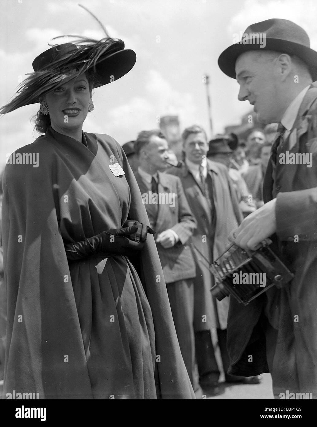 1f5df6f0ee87 Mode in Royal Ascot Juni 1946 Ladies Day eine Frau zeigt ihren Stil Kleid  und Hut