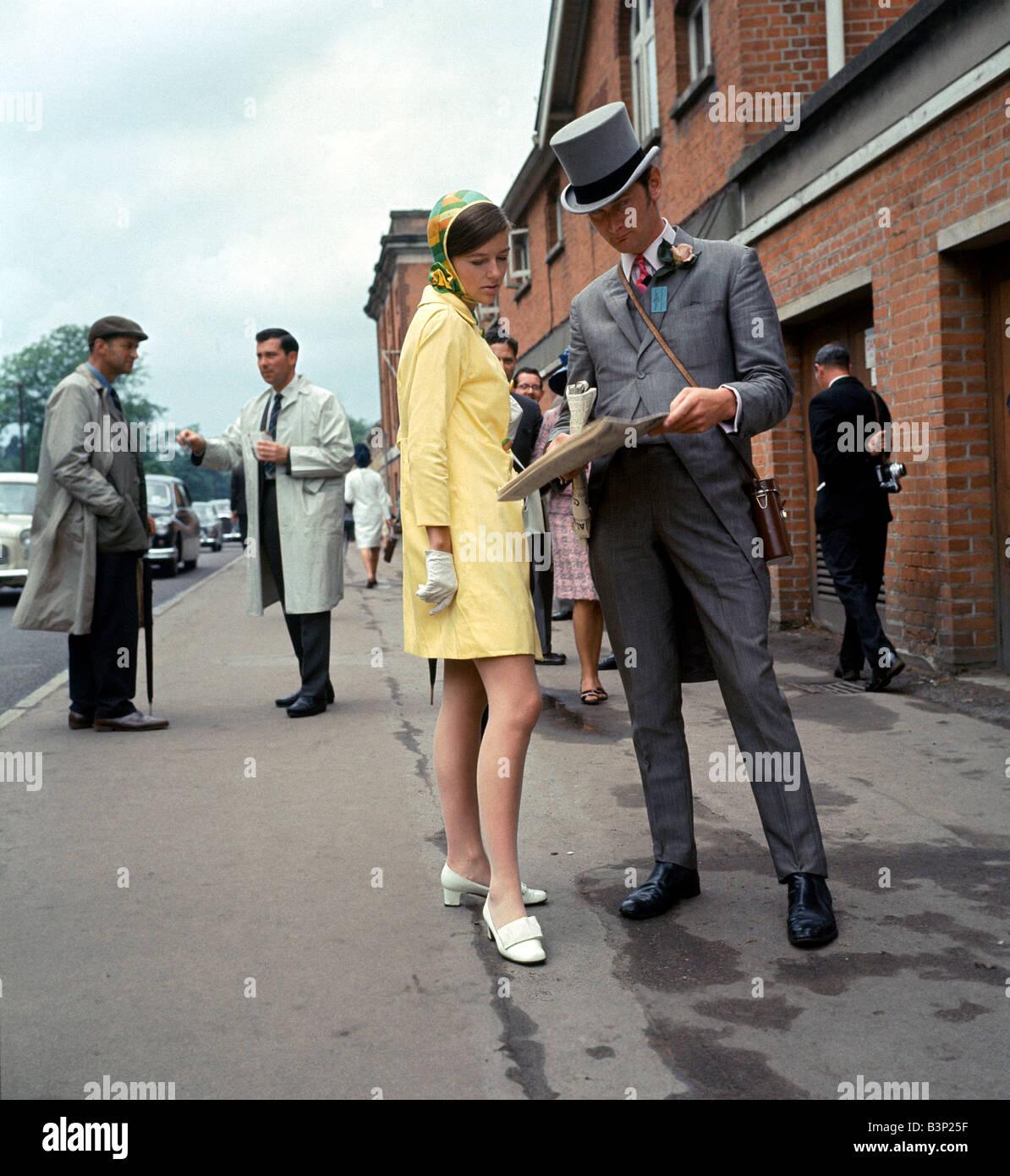 60er Jahre Mode Der 1960er Jahre Kleidung Frau In Gelb Orange Und
