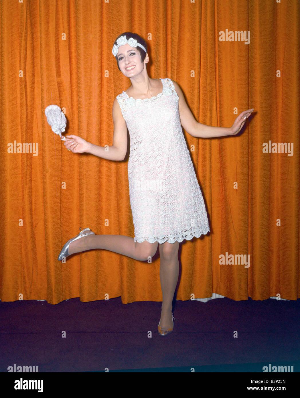 sports shoes a69ec eeabc 60er Jahre Mode der 1960er Jahre Kleidung Frau tragen ...