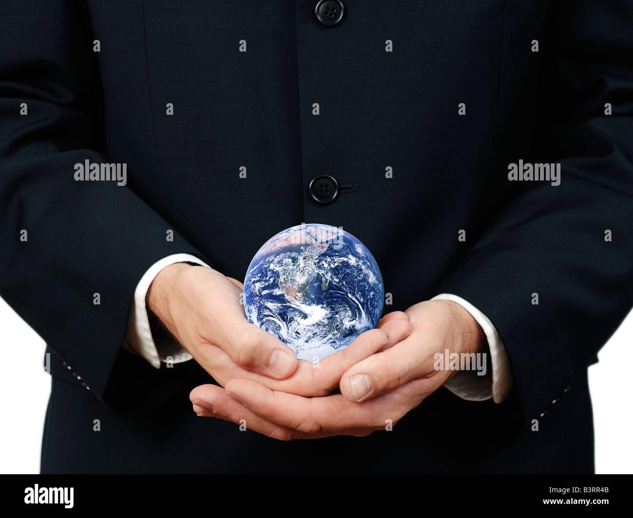 Geschäftsmann Holding Planetenerde hautnah Stockbild