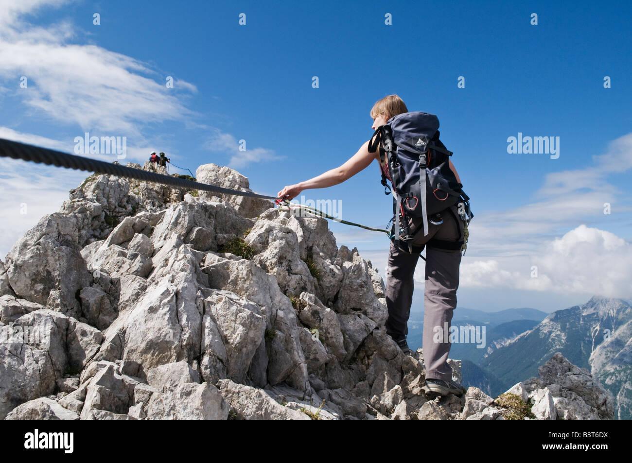 Klettersteig Ferrata : Weibliche wanderer auf via ferrata klettersteig route der