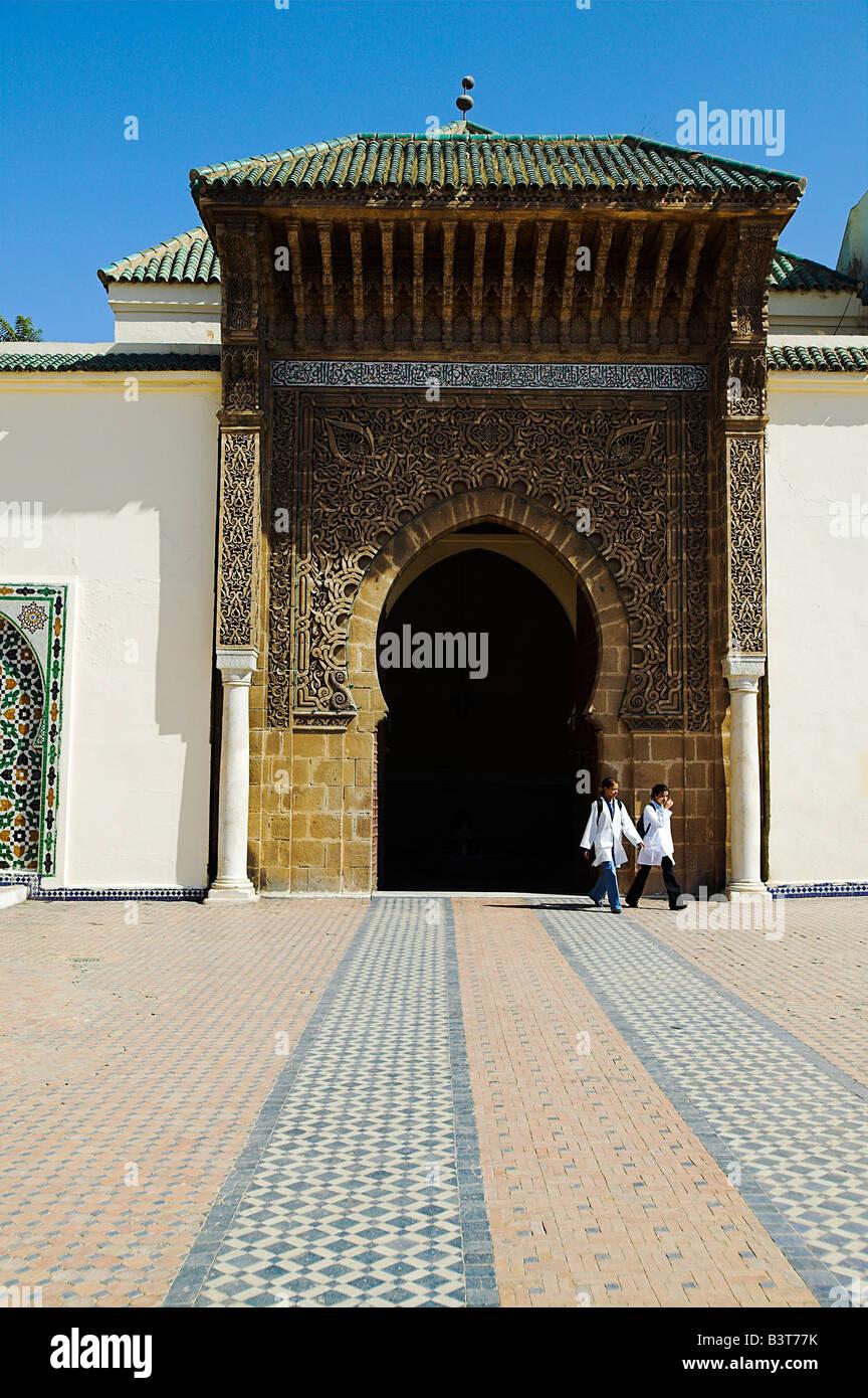 Zwei Kinder verlassen durch den Eingang, das Mausoleum von Moulay Ismail in Meknès, Marokko. Stockfoto