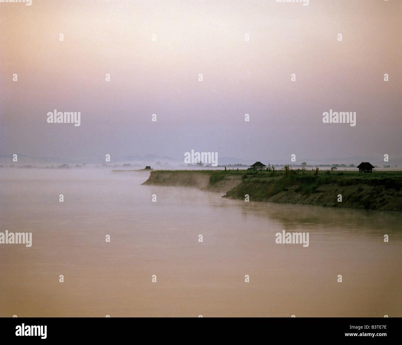 nebelige Abendstimmung am Ufer der Ayeryawady (Irrawady) Burma Birma Myanmar Stockbild
