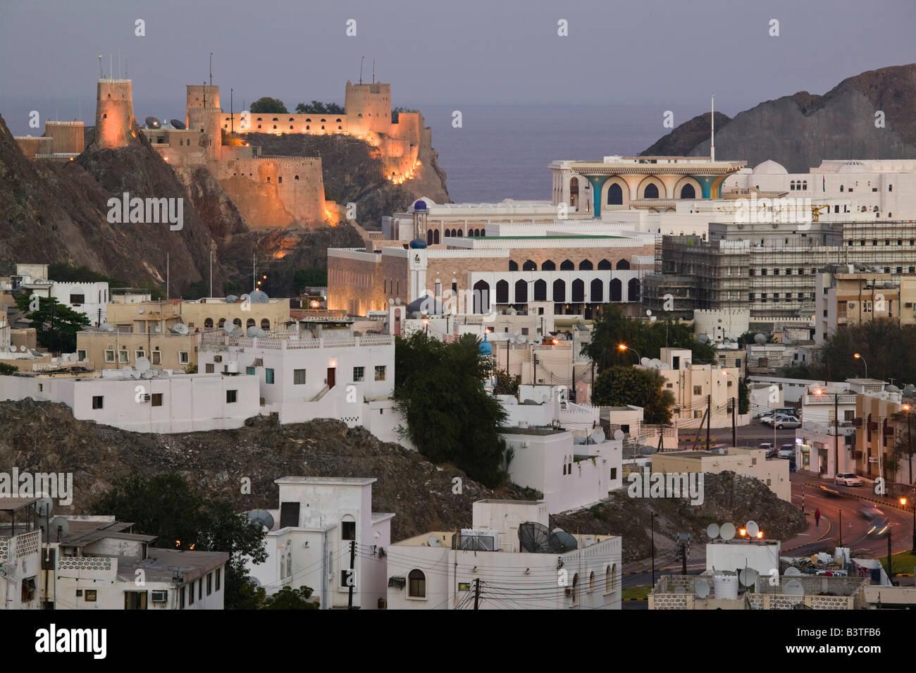 Oman, Maskat, ummauerten Stadt Maskat. Mirani Fort und Governmanet Gebäude / Abend Stockbild
