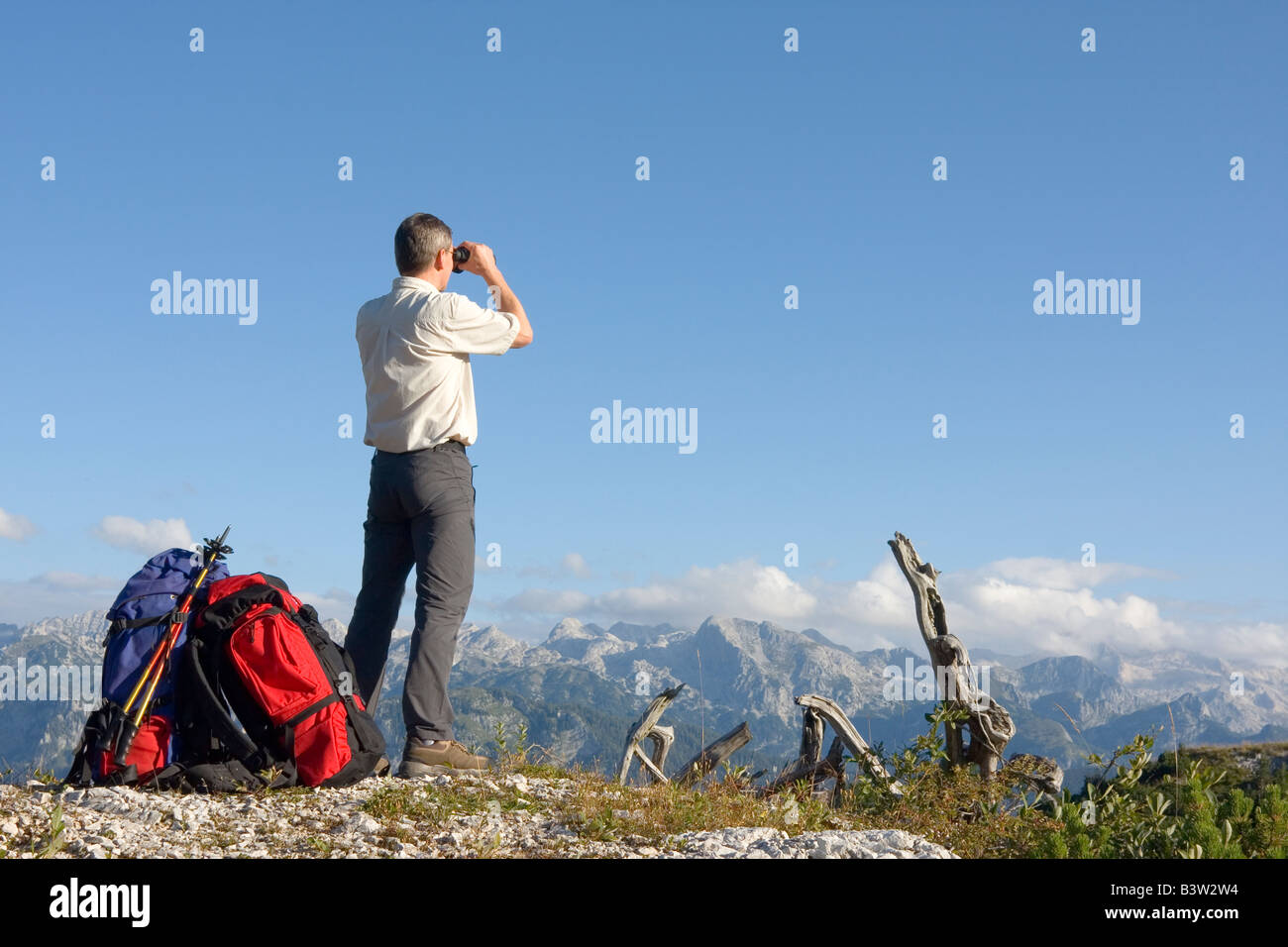 Wanderer auf berggipfel und blicken durch fernglas stockfoto bild