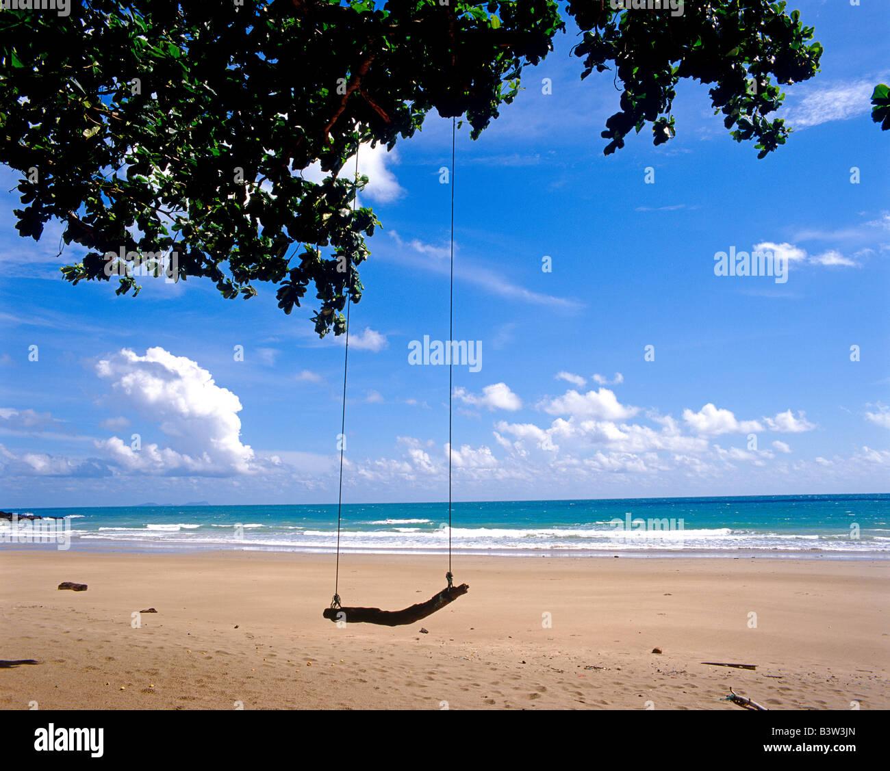 malerische Aussicht auf Meer, Sand und Schaukel Blick Aufs Meer Mit Strand Und Schaukel Stockbild
