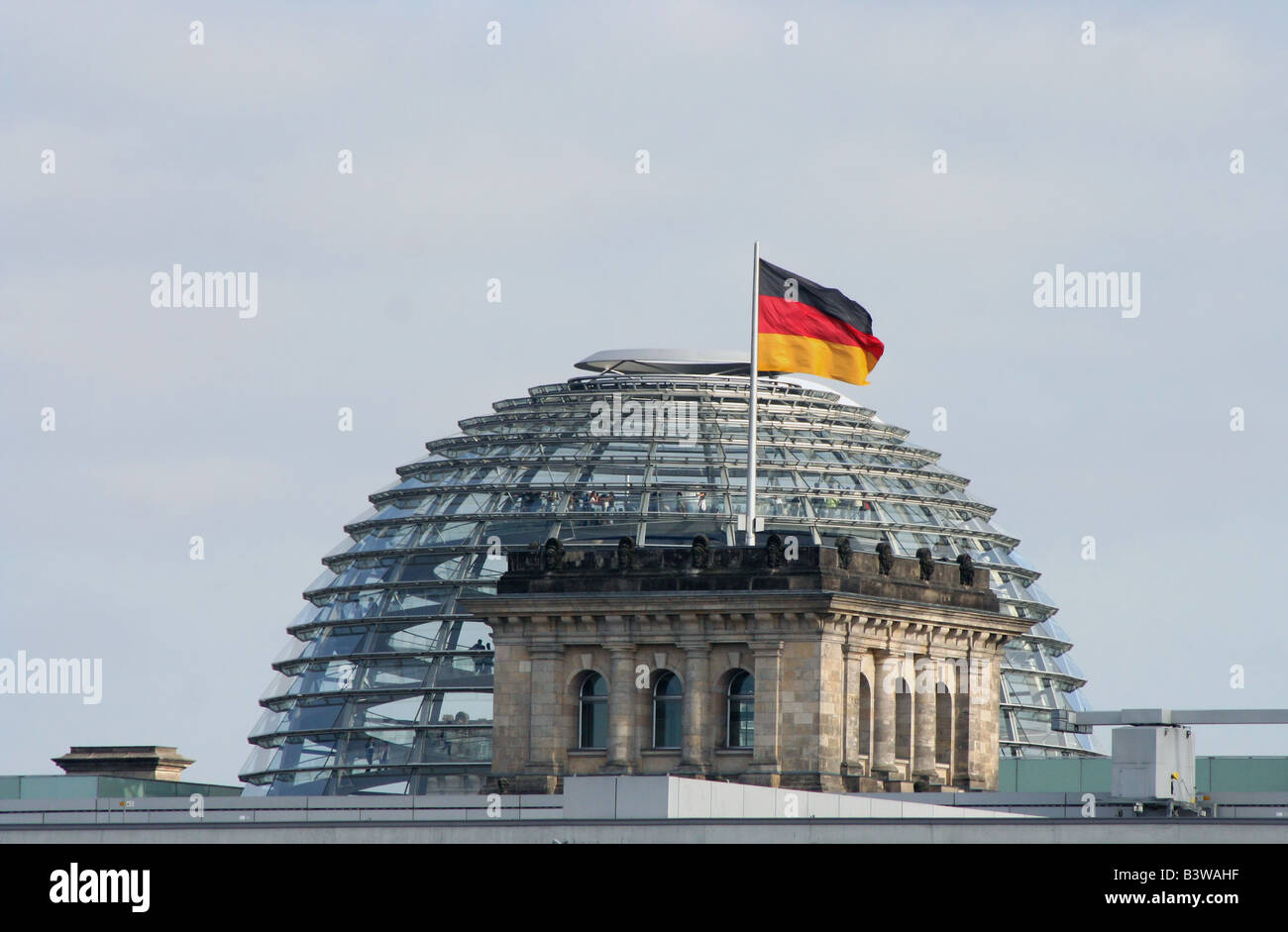 Deutsche Flagge und Reichstag deutsche Parlamentsgebäude in Berlin Juni 2008 Stockfoto