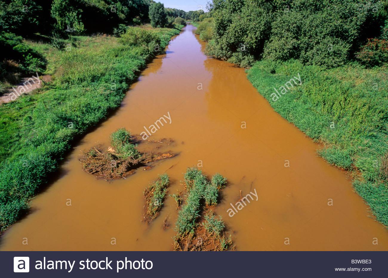 Fluss In Leipzig verschmutzten fluss pleiße in der nähe leipzig ost deutschland