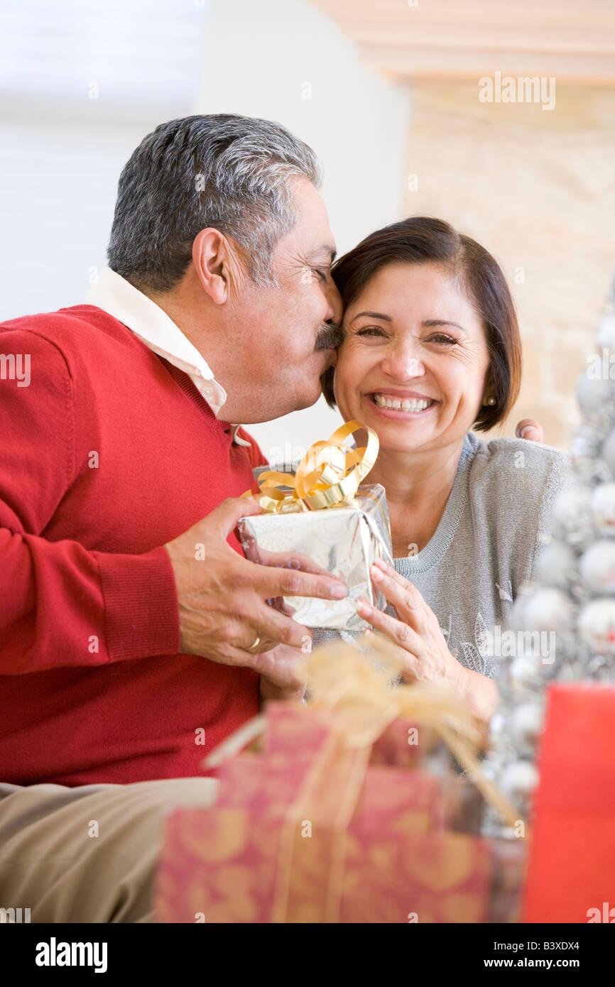 Applying paar liebevoll sitzen und halten Weihnachtsgeschenk ...