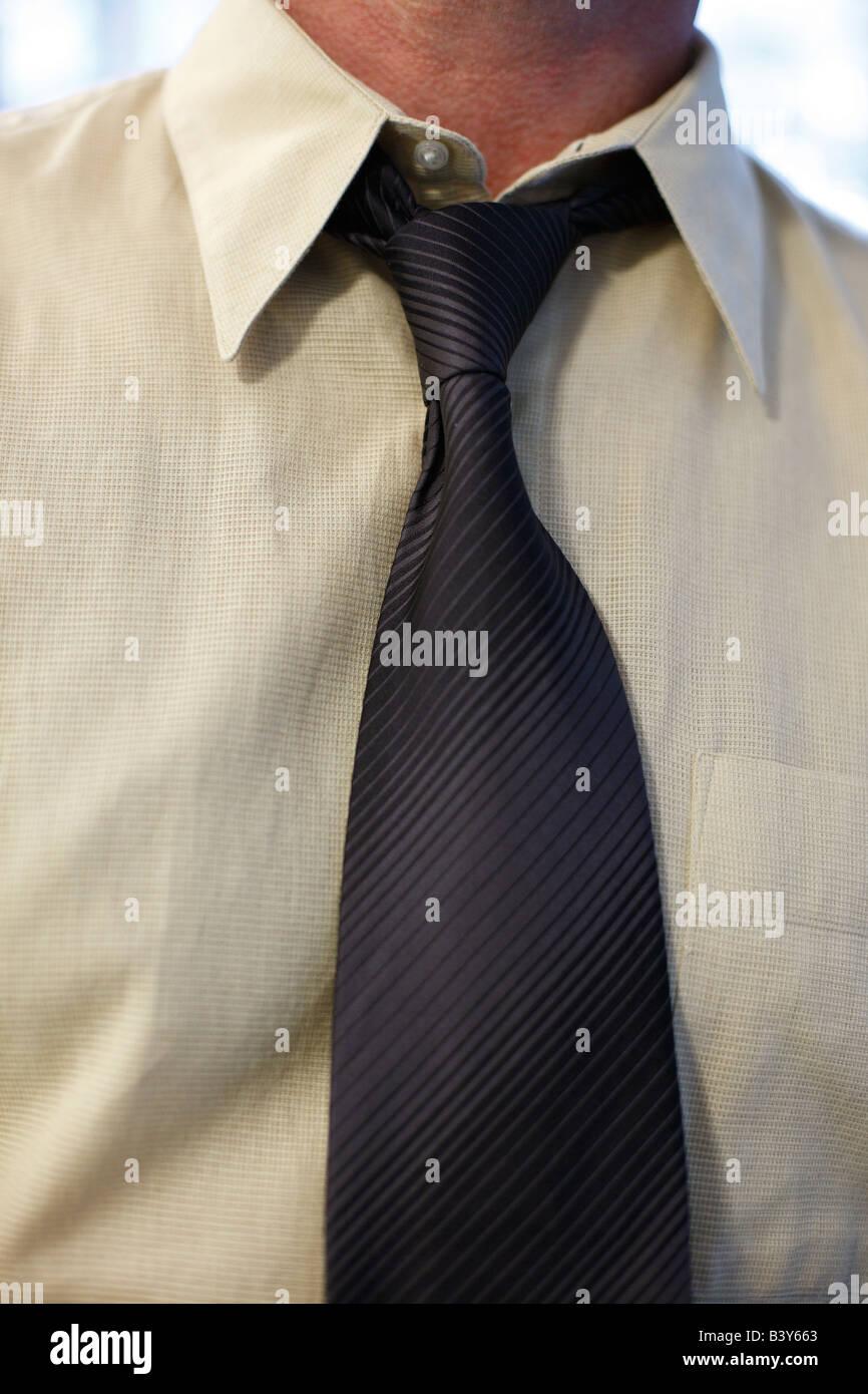 Nahaufnahme von Mann s Hals und gelockerten Krawatte Stockbild