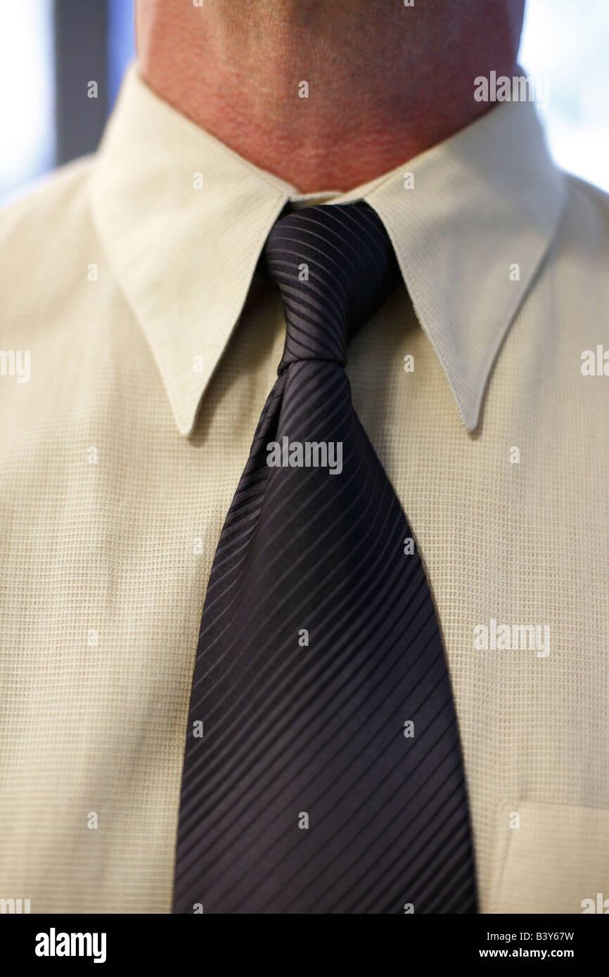 Nahaufnahme eines Mannes Hals und binden Stockbild