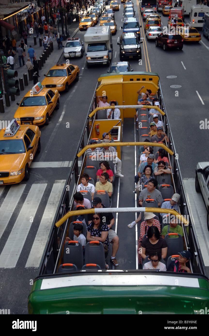 Koreanische Touristen mit einem Sightseeing-Bus auf der Oststraße 42 vor Grand Central Station in New York Stockbild