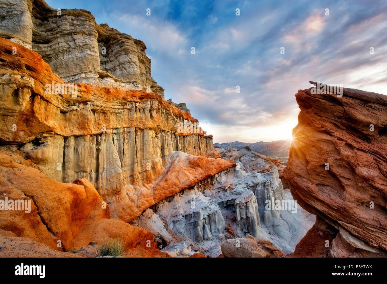Geschwollenen Wolken und bunten Sandsteinfelsen am Red Rock Canyon State Park in Kalifornien Stockbild