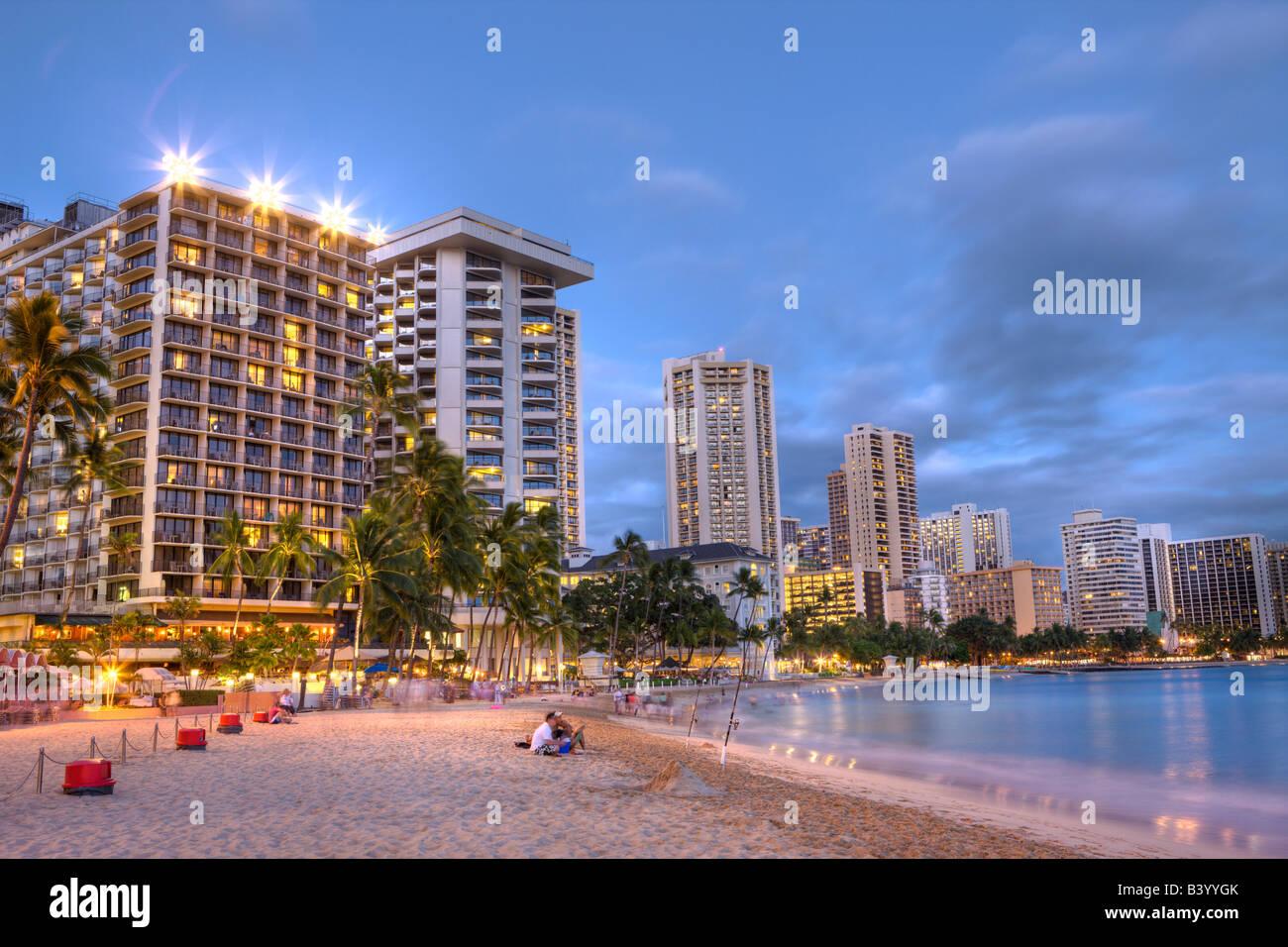 Waikiki Beach bei Sonnenuntergang Honolulu Oahu Pazifik Hawaii USA Stockfoto