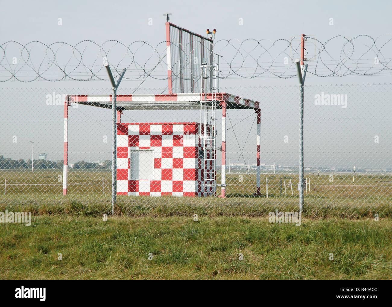 Wetterstation am Flugplatz hinter Maschendrahtzaun Stockbild