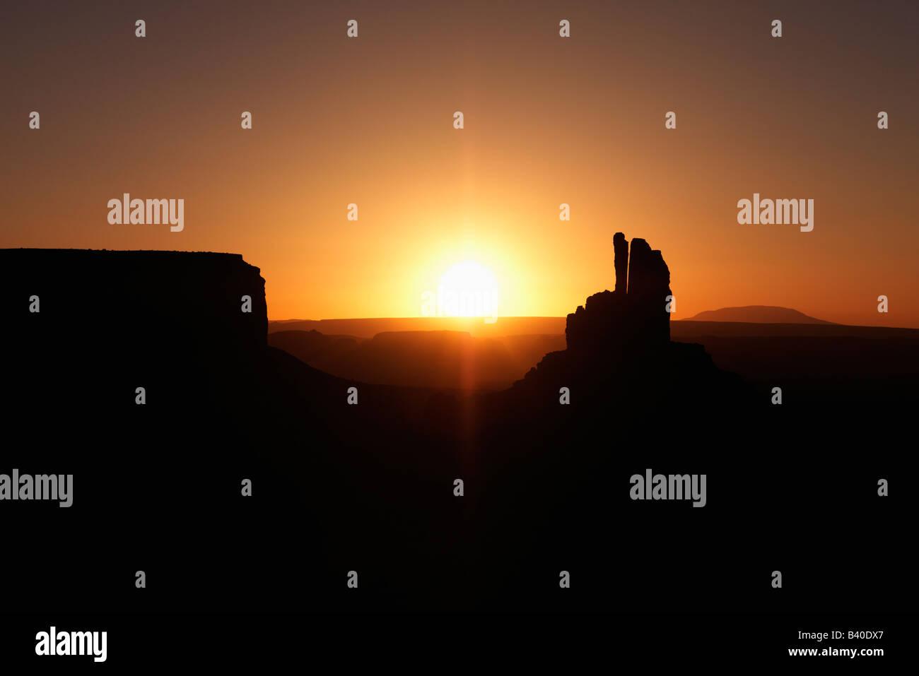 Malerischen Sonnenuntergang Landschaft der Tafelberge im Monument Valley in der Nähe der Grenze zwischen Arizona Stockfoto