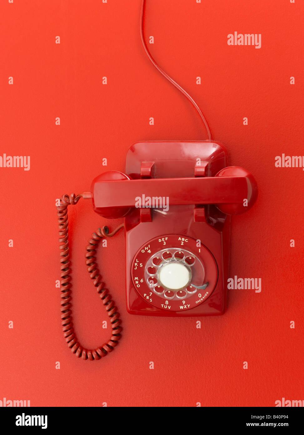 Rote retro Telefon auf rotem Grund Stockbild