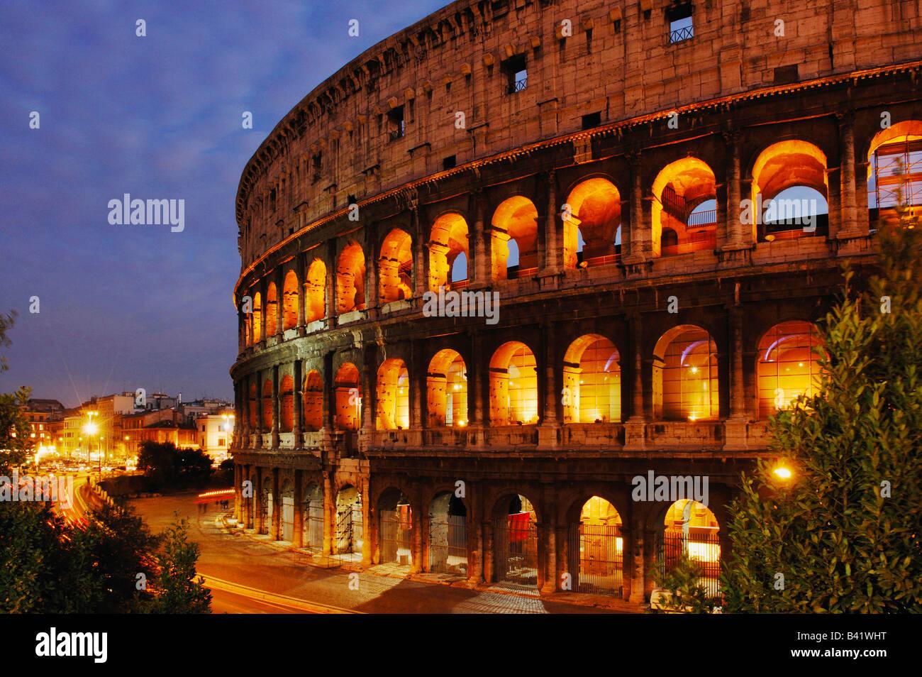 Außenansicht des Kolosseums in der Nacht Rom Italien Europa Stockbild