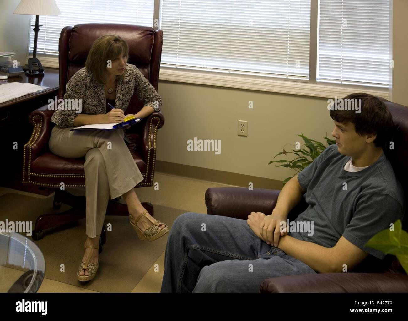 Ein 17-j hrige bespricht seine Pläne für die Zukunft mit einem weiblichen Psychotherapeuten. Stockbild