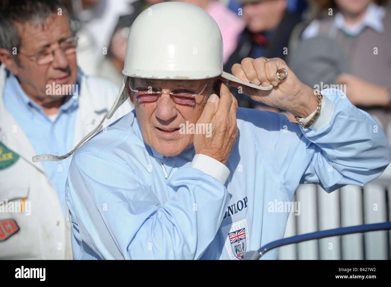 Goodwood Revival 2008: Sterling Moss im Chat mit anderen Fahrern vor Fahrtantritt. Bild von Jim Holden. Stockfoto