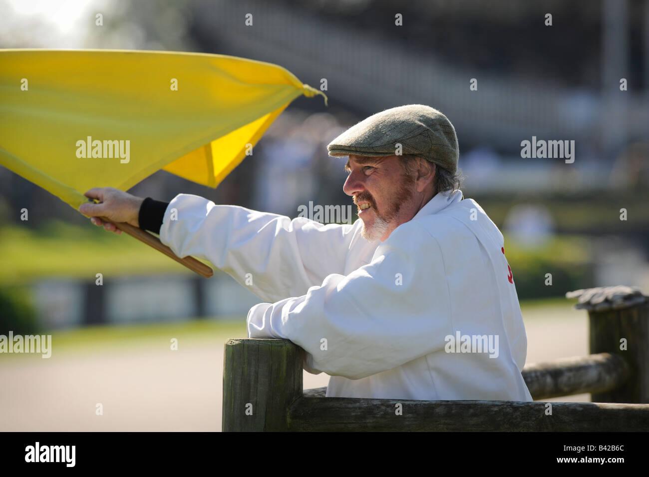 Goodwood Revival 2008 ein Rennen Marschall eine gelbe Flagge winken. Bild von Jim Holden. Stockbild